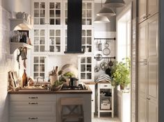 Petite cuisine equipee ikea- stacking cabinets to make up for the small space Kitchen Nook, Ikea Kitchen, Kitchen Dining, Kitchen Cupboards, Beautiful Kitchens, Cool Kitchens, Ikea Wall, Cocinas Kitchen, Little Kitchen