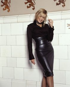 carol smillie in hobble skirt ( this skirt havent a slit or godet ) Leather Midi Skirt, Black Leather Skirts, Bodycon Fashion, Skirt Fashion, Sexy Rock, Hobble Skirt, Belle Silhouette, Embellished Skirt, Leder Outfits