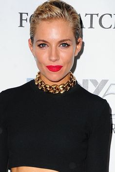 Short hairstyles are having a moment. Gone are the times when long hair ruled the red carpet, now it& about short hair cuts on your favourite A. Middle Part Hairstyles, Side Swept Hairstyles, Cool Hairstyles, Hairstyle Ideas, Wedding Hair Side, Curly Wedding Hair, Bob Haircuts For Women, New Haircuts, Sienna Miller Style