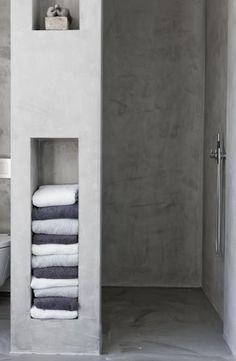 leuk betonlook, handig die nis voor handdoeken