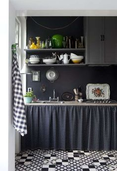 revestimientos pavimentos cocina : Foto Idea: Superficies Oscuras en una Cocina Encantadora