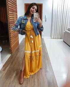 Jaqueta jeans: 50 jeitos de usá-la para ficar linda em qualquer ocasião Sari, Shirt Dress, Shirts, Dresses, Teen, Fashion, Oversized Denim Jacket, Church Outfits, Rolling Sleeves