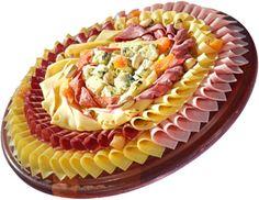 Super Dicas: Super dicas de como montar e decorar uma tábua de frios Meat Cheese Platters, Party Food Platters, Meat Platter, Party Trays, Party Dishes, Food Trays, Snacks Für Party, Chef Recipes, Appetizer Recipes