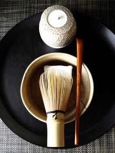 Tea bowl and whisk used to prepare matcha during the tea ceremony. Japanese Tea Set, Cute Japanese, Japanese Food, Japanese Geisha, Japanese Kimono, Japanese Style, Chinese Style, Wabi Sabi, Japanese Tea Ceremony