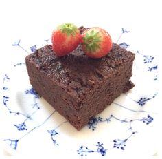 Chokolade brownie / powerkage - 240 g (1 dåse) sorte bønner 70 g kokosfibermel 2 alm Æg 2  Æggehvider 1 stor spsk. kokosolie 1 tsk bagepulver 3 spsk kakao 8-10 dadler 1-2 dl vand  2 chokoladebar fra nellie Dellies (hakkes groft)  ^^Blend det hele med en stavblender. Rør grofthakket chokolade i dejen. Bag kagen ved 200 grader 20 hvis det er muffins 25 hvis det er en kage