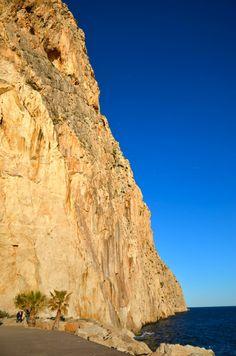Ifach rots, zeekant voorbij de haven van Calpe, te bereiken via een boulevard die start achter de haven.