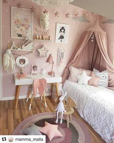 Cudowny pokoik ❤️ a na ścianie naklejki gwiazdki w kolorze białym❤️, które możecie zamówić na www.lalkametoo.pl ❤️ zapraszamy! #naklejkinaścianę #naklejkinasciane #pokojdziewczynki #kidsroom #Repost @mamma_malla