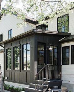 new modern dream house exterior design ideas - Traumhaus Exterior Colors, Exterior Paint, Exterior Design, Black Exterior, Modern Exterior, Stommel Haus, Pintura Exterior, Sunroom Decorating, Decorating Games