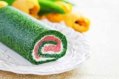 This festive looking smoked salmon and spinach roulade is an incredibly versatile recipe that can be served for brunch, as an appetiser or in a light meal. Antipasto, Salmon Roulade, Spinach Rolls, Turkey Burger Recipes, Russian Recipes, Appetisers, Smoked Salmon, Light Recipes, Fish And Seafood