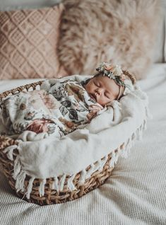 It is quite natural for a pregnant woman to be full of curiosity regarding her soon-to-be-born baby. How will the baby look? Will it be a boy or a girl? Baby Pictures, Baby Photos, Baby Kicking, After Baby, Baby Arrival, Pregnant Mom, First Time Moms, Baby Hacks, Baby Tips