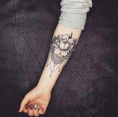 Flores de Lótus: Descubra o Significado e Veja 25 Inspirações de Tatuagens Incríveis! Life Tattoos, Body Art Tattoos, Small Tattoos, Cool Tattoos, Calf Tattoo, Forearm Tattoos, Arm Band Tattoo, Inner Wrist Tattoos, Sleeve Tattoos For Women