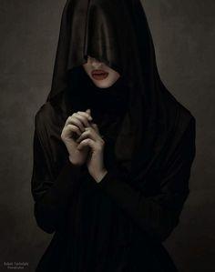 Portrety Babak Fatholahi to wyjątkowe emocjonalne wizerunki osób, najczęściej tajemniczych i pięknych kobiet od których spojrzenia ciężko od...