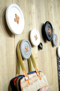 Foto: Marthe Eidah http://www.decoratualma.com/63-complementos-estilo-nordico - For the holidays, drill holes and add simulated leather, twine or sweater strips using dinner plates or wooden circles and hang stockings! Would be so cute!!!