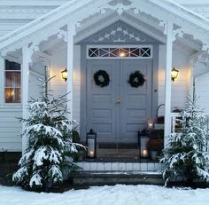 Pin by Jennie on Trädgård in 2019 Nordic Christmas, Christmas Porch, Outdoor Christmas Decorations, Winter Christmas, Outdoor Decor, Xmas, Winter Window Boxes, Christmas Window Boxes, Swedish Cottage