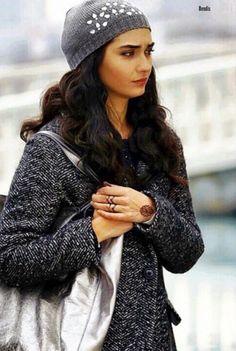 Tuba Büyüküstün in the Turkish TV series Kara Para Aşk, Warm Outfits, Cool Outfits, Casual Outfits, Divas, Turkish Beauty, Famous Singers, Girl Fashion, Womens Fashion, Turkish Actors