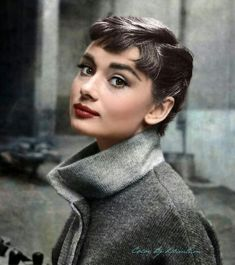 This is a GORGEOUS picture of Audrey Hepburn Looking at the camera- Portrait Pic. This is a GORGEOUS picture of Audrey Hepburn Looking at the camera- Portrait Audrey Hepburn Mode, Audrey Hepburn Pictures, Audrey Hepburn Outfit, Katharine Hepburn, Audrey Hepburn Hairstyles, Audrey Hepburn Bangs, Aubrey Hepburn, Hollywood Glamour, Classic Hollywood