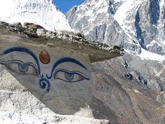Los ojos pintados de Buda en una estupa en el camino hacia el Everest, región de Khumbu, montañas del Himalaya, Nepal