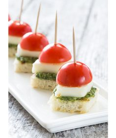 With Pesto Bites Enjoy these mini sized Caprese Bites with Pesto appetizers at your next party. Extra special by making your own pesto!Enjoy these mini sized Caprese Bites with Pesto appetizers at your next party. Extra special by making your own pesto! Baby Shower Appetizers, Comida Para Baby Shower, Appetizers For Party, Light Appetizers, Toothpick Appetizers, Bite Size Appetizers, Easy Summer Appetizers, Summer Snacks, Food For Parties