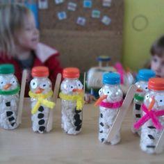 Sneewman, gemaakt van lege fles en gevuld met crepepapier