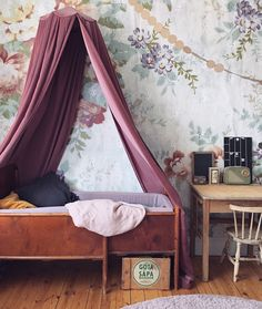 vintage inspired child's room | velvet canopy | floral wallpaper | antique bed | barnrum-arkiv - Emmas Vintage