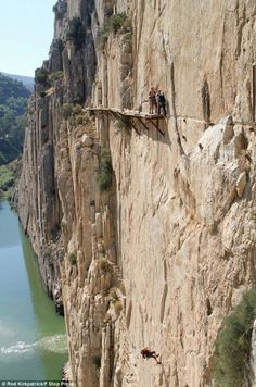 El Caminito del Rey ('The King's Little Pathway'), Málaga, Spain is (until restored) 'The Most Dangerous Walkway in the World'. Scary Places, Places To See, Dangerous Roads, Nature Sauvage, Photos Voyages, Spain Travel, Natural Wonders, Hiking Trails, Belle Photo