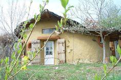 cob house in Romania Sasca Montana - Ileana Mavrodin, Casa Verde Earthship, Cob Building, Green Building, Building A House, Adobe Haus, Earth Bag Homes, House In Nature, Nature Houses, Natural Homes