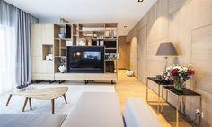 V obývacím pokoji je ve stejné výši jako spotřebiče v kuchyni zavěšená plochá...