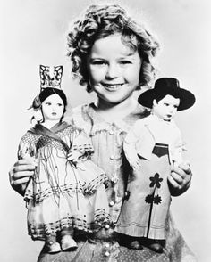 Shirley-Temple-holding-poupees-8x10-photo-N-B