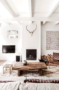intérieur blanc et bois contemporain - salon blanc aménagé avec une table basse en bois massif et une cheminée à bois noire