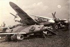 """MESSERSCHMITT ME262""""SCHWALBE""""Y ENCIMA DE ESTE UN MESSERSCHMITT BF-109G-10 EN LA LOCALIDAD DE NEUBILVER,MUNICH ,ALEMANIA EN 1945"""