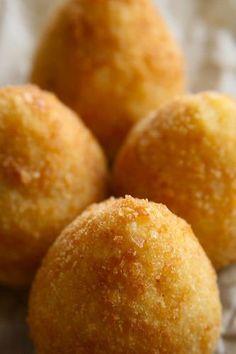 Arancini. Croquettes de riz safrané, farcies de boeuf cuisiné aux légumes et provolone. Sicile.  - Sicilian arancini recipe
