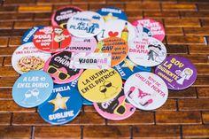Chapas personalizadas con frases para la boda de C+V