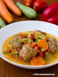 Receta de caldo de albóndigas con verduras, con consejos y sugerencias de degustación. Recetas de cocina mexicana