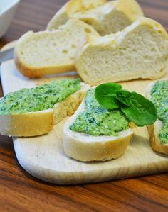 FELDSALAT-PESTO - Zutaten für 2 Personen: 150g Feldsalat, 4-6 EL Pinienkerne, 80g Parmesan, 1 Knoblauchzehe, Olivenöl, 1 TL Meersalz, evtl. Baguette oder Graubrot als Unterlage. Hier geht's zur Zubereitung: http://behr-ag.com/de/unsere-rezepte/rezeptdetail/recipe/feldsalat-pesto.html