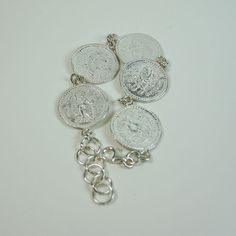 Pulsera fabricada en plata de moneda romana.