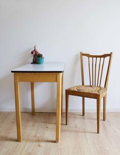 Toffe houten tafel met vintage stoel. Retro eettafel met wit blad.