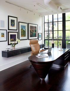 bureau de direction design en bois foncé et chaise en cuir