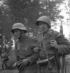 Finnish soldier being led away from the battlefield by a comrade. Caption says he had got serious balance problems after being to close to a exploding shell. Ww2 History, Military History, History Of Finland, Norwegian Army, Night Shadow, Shell Shock, Ww2 Pictures, Man Of War, War Image