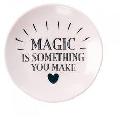 """Miss Étoile    Teebeutelablage Magic  Wohin mit dem feuchten Teebeutel? Diese Frage musst du dir mit dieser schönen Teebeutelablage von Miss Étoile nie wieder stellen. Dazu zaubert einem der Print """"Magic is something you make"""" direkt ein Lächeln ins Gesicht. Weitere Produkte aus der Serie """"Magic"""" findest Du auch bei uns im Shop."""