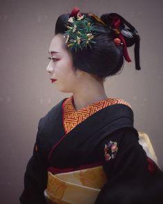 いいね!125件、コメント3件 ― @tomtombeatのInstagramアカウント: 「奈良・元林院 先笄を結った菊亀さん。来年一月いよいよ襟替えだそうです。#元林院 #舞妓 #奈良 #先笄」