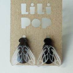 """Boucles d'oreilles à clous """"Mouche"""" (Lili0320)... acrylique recyclé, gravé et découpé au laser."""