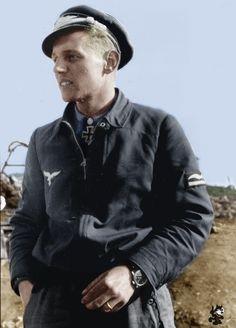 Erich Hartmann abril 1944 Afirmó 352 victorias aéreas en 1.404 misiones de combate.  Se involucró en el combate aéreo 825 veces mientras servía en la Luftwaffe.Hartmann se vio obligado a hacer un aterrizaje de su caza dañado 14 veces.  Esto se debió al daño recibido de partes de aviones enemigos que acababa derribados o falla mecánica.  Hartmann nunca fue derribado o forzado a aterrizar debido al fuego del enemigo lo aircraft.making el luchador ace más anotador en la historia de la guerra…