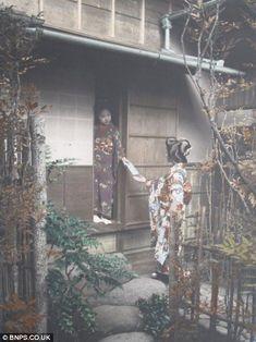 明治時代の写真家、玉村康三郎がアメリカの出版社の依頼で撮影した写真のアルバムが、イギリスでオークションにかけられました。 これらの写真は19世紀に日本への観光客を増やすために写真家、玉村康三郎が撮影した物です。 日本で最初に観光促進用の写真という物を撮ったのは彼で、それまで鎖国のため情報がなかった日本の風景を、ヨーロッパの人々は垣間見ることができたのです。