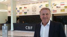 Zico visita CBF e recebe apoio a candidatura para presidência da FIFA.