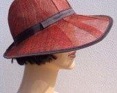 Chapeau d'été en sisal rouge et marron d'inspiration rétro : Chapeau, bonnet par feltgoood