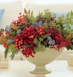 Ideas for Christmas Decorate with winter berries: Arrange a colorful bouquet.:Decorate with winter berries: Arrange a colorful bouquet. Beautiful Flower Arrangements, Love Flowers, Fresh Flowers, Beautiful Flowers, Wedding Flowers, Beautiful Beautiful, Wedding Bouquets, Christmas Floral Arrangements, Winter Flower Arrangements