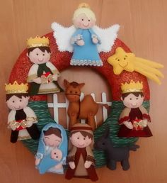 Linda guirlanda com a sagrada família e os reis magos, simbolizando o presépio. Confeccionada em feltro e tecido 100 algodão e fibra siliconada. Totalmente feita à ão. Nativity Ornaments, Nativity Crafts, Felt Christmas Ornaments, Christmas Nativity, Christmas Projects, Felt Crafts, Christmas Holidays, Christmas Wreaths, Christmas Crafts