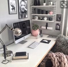 Chic grey pink and white office inspo decor Schickes graues rosa und weißes Büro inspo Dekor Home Office Design, Home Office Decor, Office Designs, Office Room Ideas, Work Desk Decor, Feminine Office Decor, Pink Office Decor, Cute Desk Decor, Small Office Decor