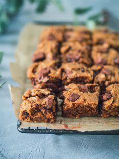 Maapähkinävoi-suklaaneliöt (V) – Viimeistä murua myöten Something Sweet, Sweet Treats, Baking, Desserts, Food, Drinks, Tailgate Desserts, Drinking, Sweets