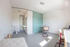 Une porte coulissante pour venir fermer la salle de bain ou la cuisine du studio 1 personne. Maurice, Cabinet, Studio, Storage, Furniture, Home Decor, Close Up, Sliding Door, Bath